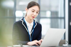 高卒で事務職になれる?事務職に有利な資格と就職成功率を上げる方法とは